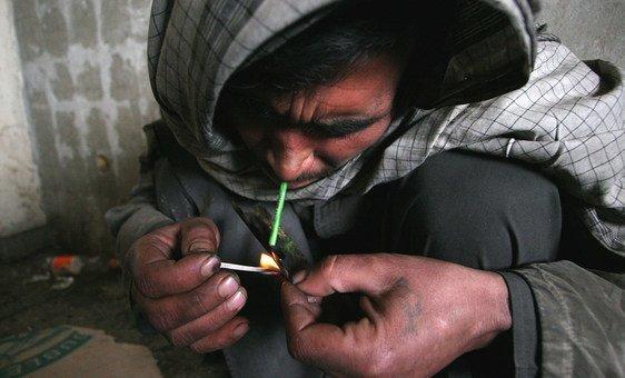 Un Afghan consomme de l'héro?ne à Kaboul.