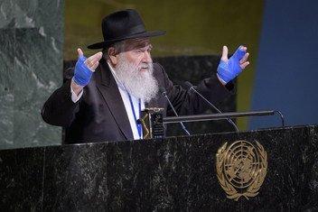 Rabbi Yisroel Goldstein,wa Sinagogi la Chabad Powey mjini California akizungumza wakati wa tukio maalumu la kukabiliana na chuki dhidi ya Wayahudi na mifumo mingine ya ubaguzi wa rangi na chuki