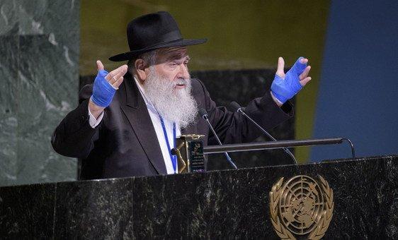 El Rabino Yisroel Goldstein de la sinagoga Chabad of Poway en California.
