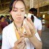 老挝首都万象,一名护士正在准备给儿童接种麻疹疫苗。