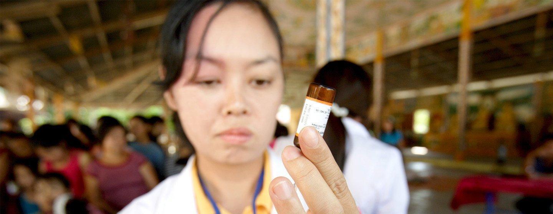 Una enfermera prepara la jeringuilla para vacunar a niños en Vientiane (República Democrática Popular Lao).