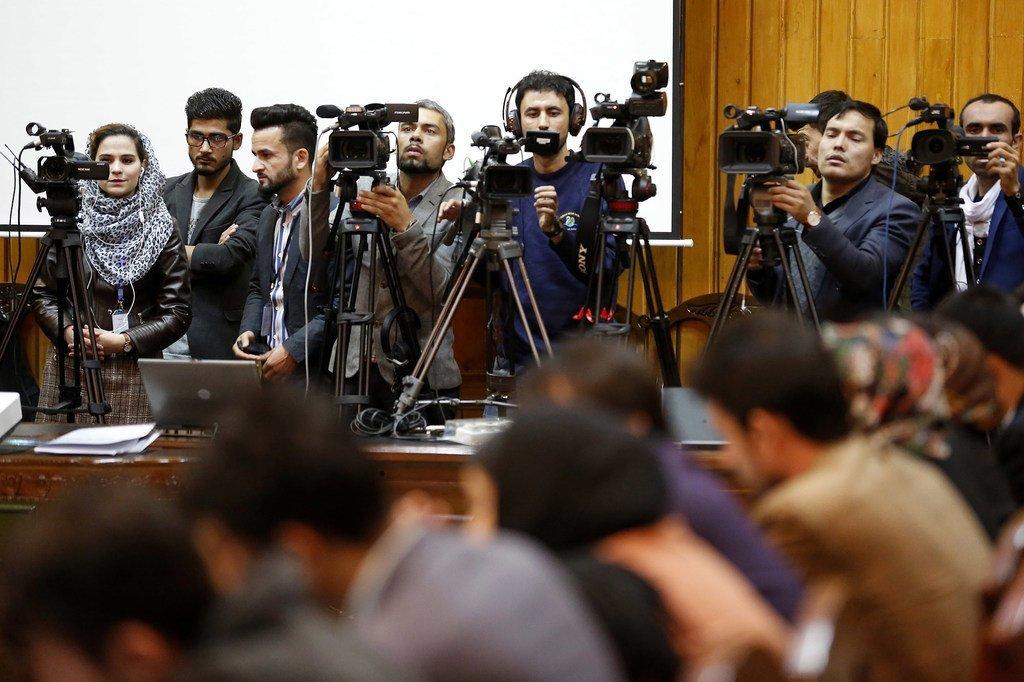 Des journalistes couvrant un événement de la MANUA lors de la Journée internationale pour l'élimination de l'impunité des crimes contre les journalistes, à Kaboul, en Afghanistan (novembre 2018).