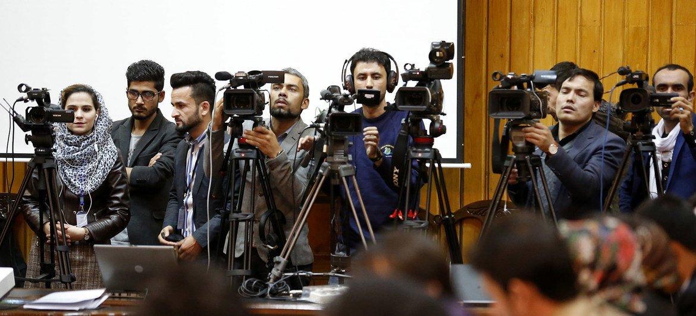 काबुल में, पत्रकारों के ख़िलाफ़ अपराधों को रोकने के लिये मनाए जाने वाले दिवस पर, कुछ पत्रकारों की मौजूदगी (नवम्बर 2018)