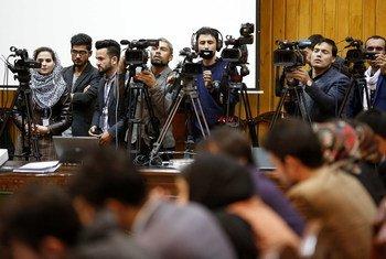 Журналисты освещают пресс-конференцию главы МООНСА в Международный день борьбы с безнаказанностью за преступления против журналистов в Кабуле, Афганистан (ноябрь 2018 г.)