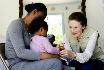La directora ejecutiva de UNICEF, Henrieta Fore, visita a una joven madre y su pequeño en un centro en la ciudad mexicana de Tijuana, donde se encontraban tras haber huido de su país por la violencia.