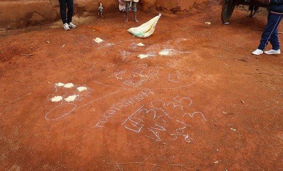 मेडागास्कर के एक गाँव के नक्शे पर लोगों ने उन स्थानों पर बुरादे से निशान बनाए जहाँ लोग खुले में शौच करते हैं. (मई 2019)