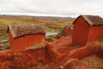 मेडागास्कर के एक गाँव में ग्रामीणों ने तब तक शोचालयों का इस्तेमाल गंभीरता से शुरू नहीं किया जब तक उन्हें खुले स्थानों में शोच करने के ख़तरों से अवगत नहीं कराया गया. (मई 2019)