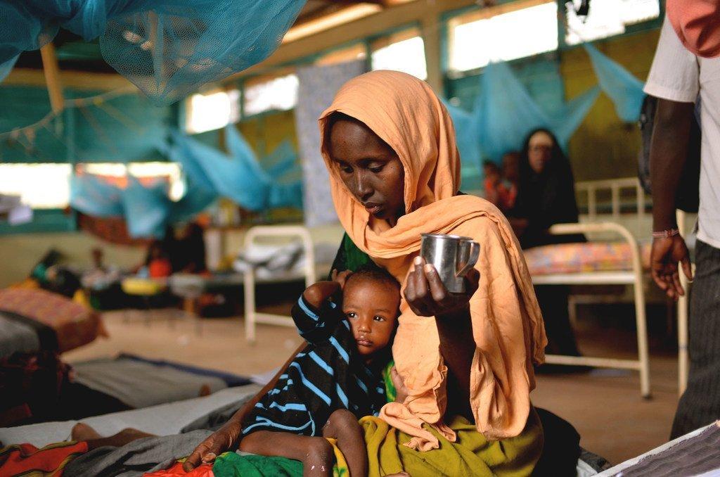 Mama akimlisha mtoto wake mwenye utapiamlo katika kliniki ya Madaktari wasiokuwa na mipaka katika kambi ya Dadaab, Kenya.