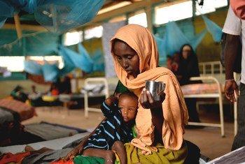 Una madre alimenta a su hijo desnutrido en una clínica de Médicos Sin Fronteras en un campo de refugiados en Dadaab, en Kenya.