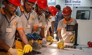 Trabajadores en un centro de formación profesional en la capital india de Nueva Deli.