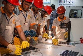 印度德里综合青年技能发展中心的工人。