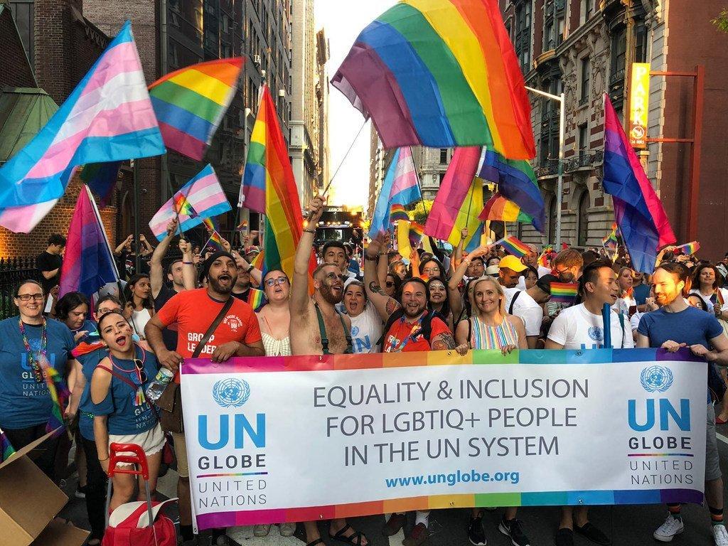 UN-GLOBE, une association d'employés de l'ONU, participe à une marche célébrant les personnes LGBTQI à New York en 2019.