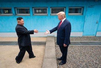 Le Président américain Donald Trump serre la main du Président nord-coréen Kim Jong-un dans la zone démilitarisée qui sépare les deux Corées le 30 juin 2019.