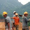 Строители, работающие на открытом воздухе, в первую очередь подвержены негативному влиянию жаркой погоды. На фото: строители во Вьетнаме.