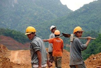 वियतनाम में एक निर्माण स्थल पर मेहनतकश लोग: निर्माण कार्य व कृषि क्षेत्र सबसे ज़्यादा गर्मी से प्रभावित होते हैं.