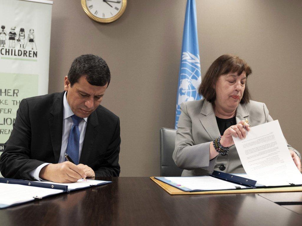 Virginia Gamba, Représentante spéciale du Secrétaire général pour les enfants et les conflits armés, et Mazloum Abdi, Commandant de la force des Forces démocratiques syriennes, signant un plan d'action pour mettre fin au recrutement d'enfants.