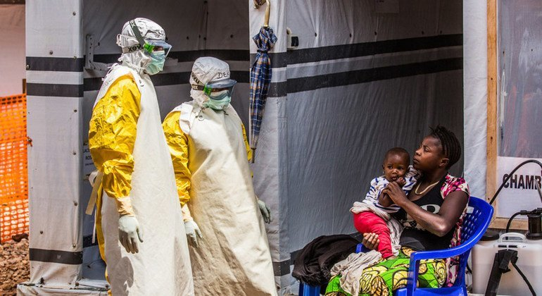Trabajadores de salud visitan a una madre y su hija en el centro de tratamiento de ébola en Butembo, República Democrática del Congo.