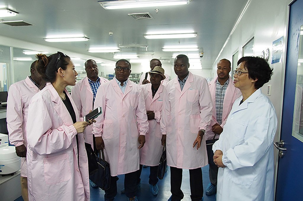 """中国一直积极参与粮农组织""""南南合作""""举措,派遣专家和技术人员,帮助发展中国家的小规模农业和渔业生产者提高生产力。"""