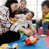 2015年4月,在湖北省襄阳市的一所由联合国儿童基金会提供支持的社区儿童早期发展中心里,志愿者给孩子们讲故事。