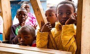 Watoto wakisikiliza kwa makini wakati wa ufunguzi wa kituo chao kwenye kitongoji cha hali duni cha Mathare kilichopo katika mji mkuu wa Kenya, Nairobi