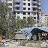 Um funcionário municipal em Cabul, capital do Afeganistão, limpa os destroços de um complexo de apartamentos que foi severamente danificado no ataque de 1 de julho  reivindicado pelo talibã.