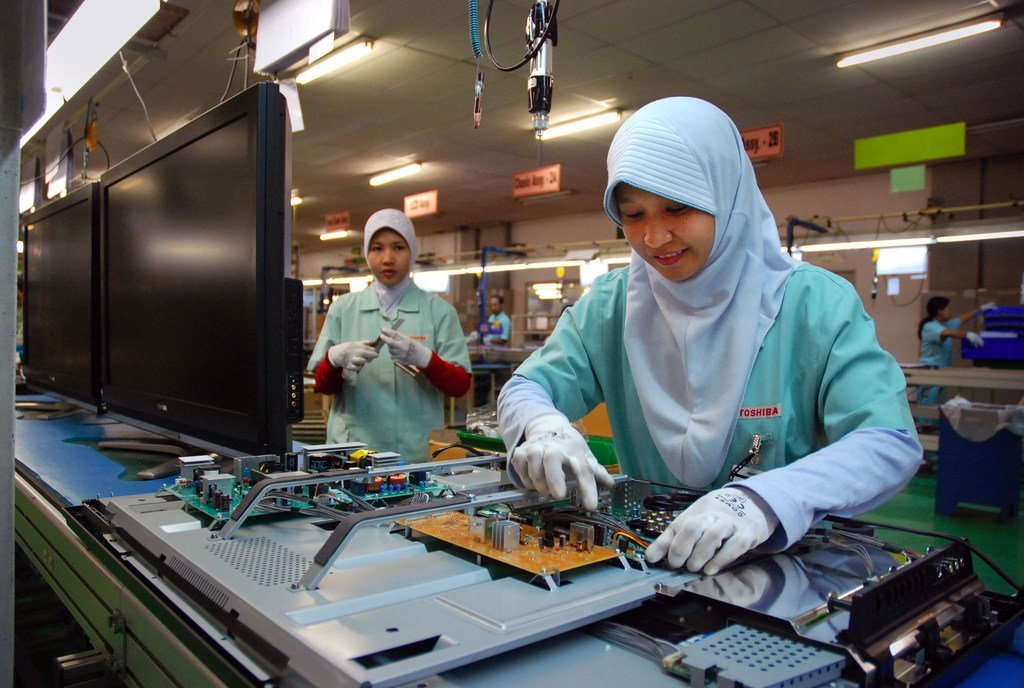 Ouvrières assemblant des composants électroniques dans un atelier en Indonésie.