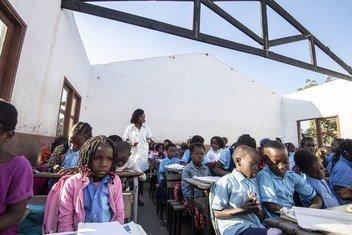Après les cyclones Idai et Kenneth au Mozambique, certains enfants déplacés de la ville de Beira doivent étudier sans toit au-dessus de leur tête.