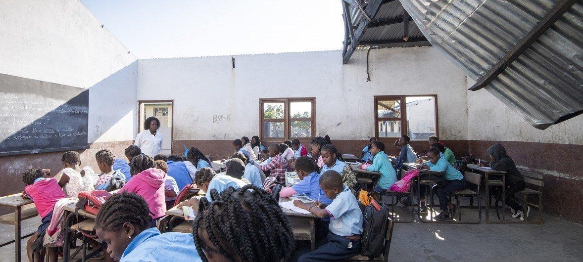 Alunos recebem aulas em escola sem teto na Beira.