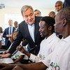 الأمين العام للأمم المتحدة أنطونيو غوتيريش يزور مركزا لتدريب الشباب في كامكونجي في كينيا. 9 يوليو 2019.