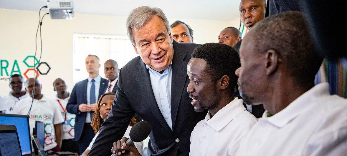 यूएन प्रमुख ने केनया के कामाकुंजी में एक आईटी केंद्र का दौरा किया.