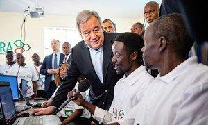 Le Secrétaire général António Guterres, visite un centre de formation aux TIC à Kamakunji, au Kenya. (9 juillet 2019)