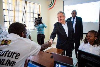 Katibu Mkuu wa Umoja wa Mataifa António Guterres alipotembelea kituo cha TEKNOHAMA nchini Kenya.