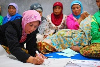 印度尼西亚妇女在社区会议上讨论村庄重建问题。