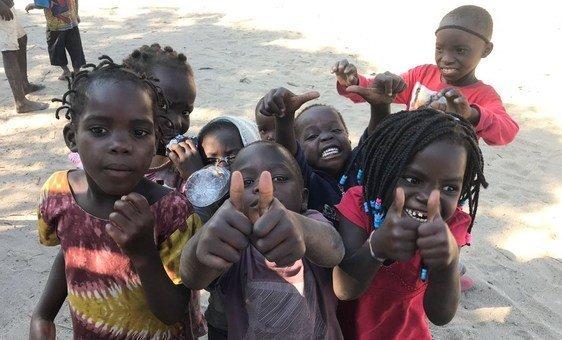 Meninos da cidade da Beira após a passagem do ciclone Idai.
