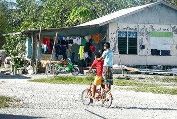Des enfants faisant du vélo dans les Tuvalu, un Etat du Pacifique.