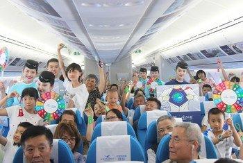 """2018年8月,联合梦想号第一个主题航班""""青年与地球""""正式起航,通过客舱内饰、客舱互动等,鼓励旅客主动肩负起保护地球的责任,践行可持续发展目标。"""