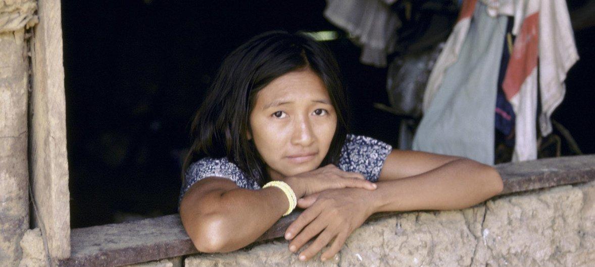 Una mujer de un barrio pobre de Brasil fotografiada en la ventana de su casa.