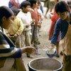 Из 1,3 млрд самых бедных жителей планеты 663 млн – несовершеннолетние. На фото: дети в Эквадоре стоят в очереди за бесплатным обедом.