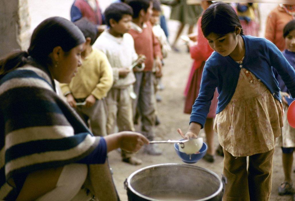 Des enfants font la queue pour un repas quotidien dans une région pauvre de l'Équateur. L'indice de pauvreté multidimensionnelle de 2019 révèle de grandes inégalités au sein des pays.