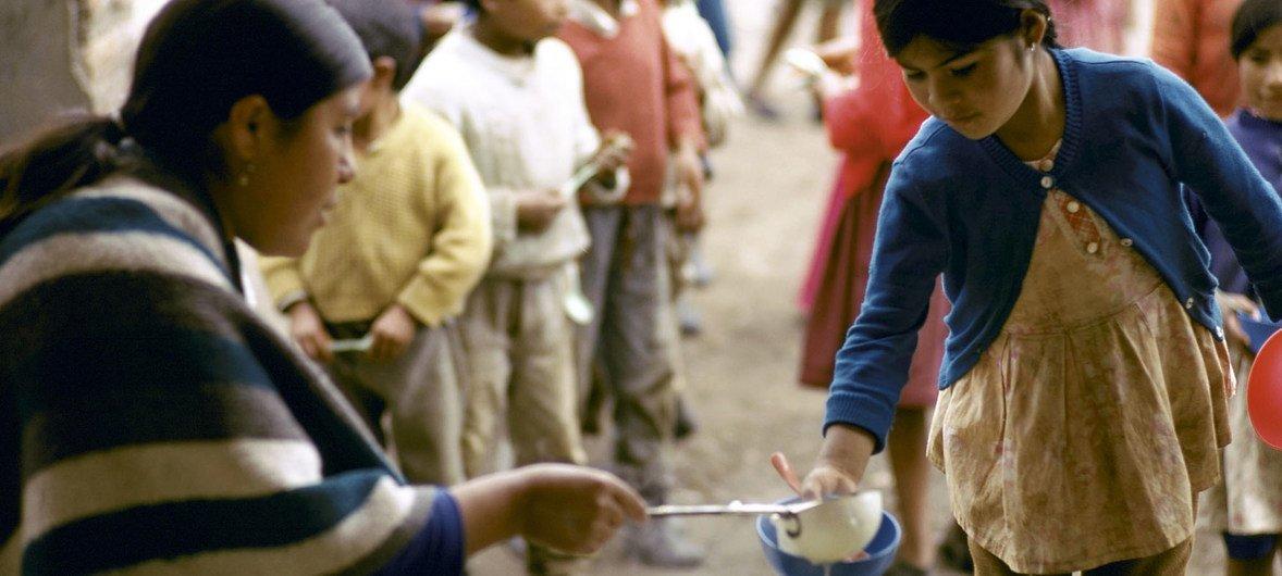 Niños acuden al reparto de comida diaria en una zona pobre de Ecuador.