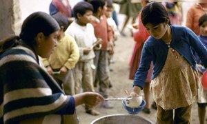 在厄瓜多尔的贫困地区,儿童正在排队领取餐食。2019年多维度贫困指数显示,厄瓜多尔国家内部存在巨大的贫富差距。