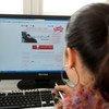 Una jovencita estudia a distancia en Túnez.
