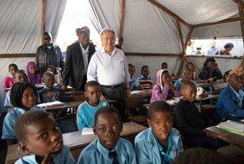 António Guterres quando visitou escola na cidade da Beira, em Moçambique, em 2019