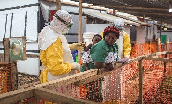 Медик осматривает ребенка, который, возможно, заражен Эболой. Провинция Северный Киву, ДРК.