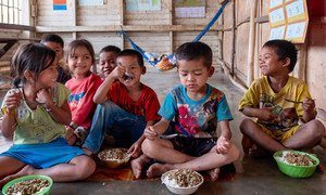 Les enfants d'une classe maternelle de l'école Tahouak en République démocratique populaire lao mangent des aliments nutritifs pendant leur pause du déjeuner (14 mars 2019)
