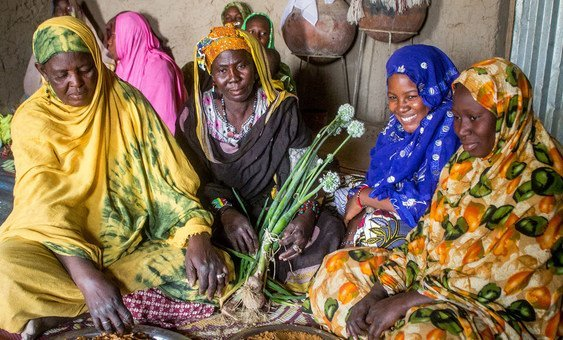 The women of Bokiat Village, Timbuktu, present fresh onions from their vegetable garden where UNICEF, with the support of Sweden, rehabilitated a manual water pump. (13 March 2019)