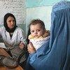 Une sage-femme du dispensaire médical de Sar-e-Hause dans le village de Tajikhan, en Afghanistan, parle avec une mère et son bébé de 5 mois. (archives mai 2012)