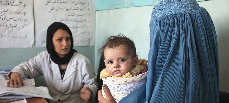 Una madre y su bebé de 5 meses con la partera de la clínica del poblado de Tajikhan, en Afganistán.