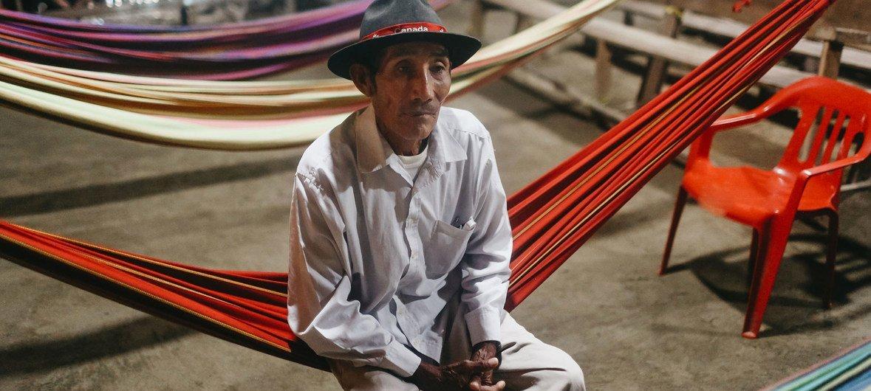 Un hombre de la comunidad guna que habita en Playón Chico, Guna Yala, Panamá.