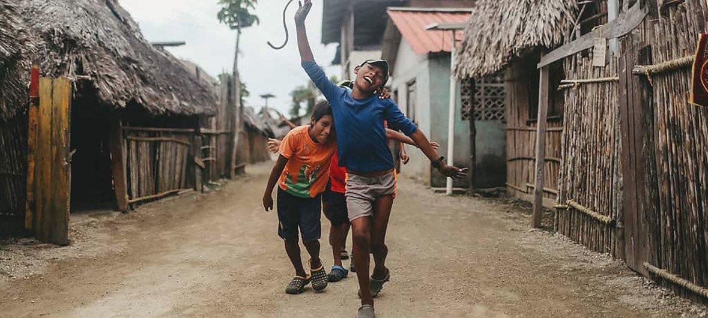 Niños guna jugando después de participar en las actividades del proyecto Burwigan contra los plásticos y el cambio climático en Guna Yala,Panamá.